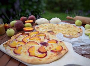 Süßer Flammkuchen mit Weinbergpfirsich und Klarapfel