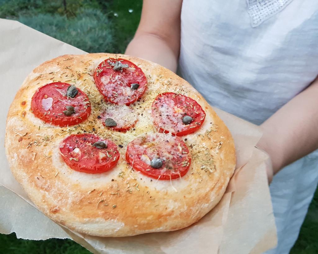 Brotfladen mit Tomaten, Bergkäse und Rosmarin