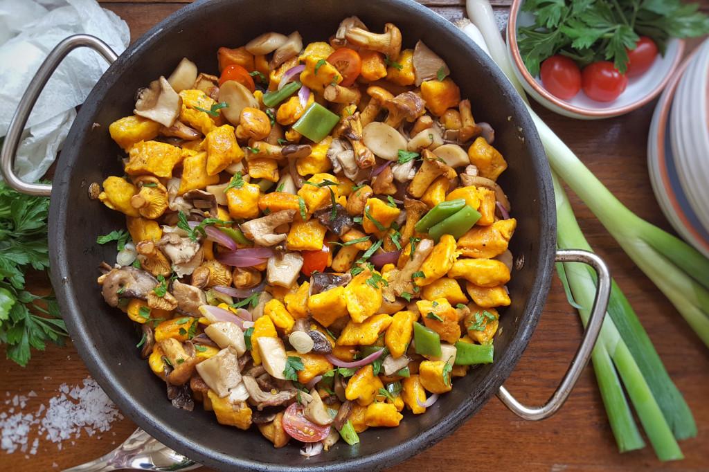 Herbstliche Pilzpfanne mit Kürbisnocken und Kräutern