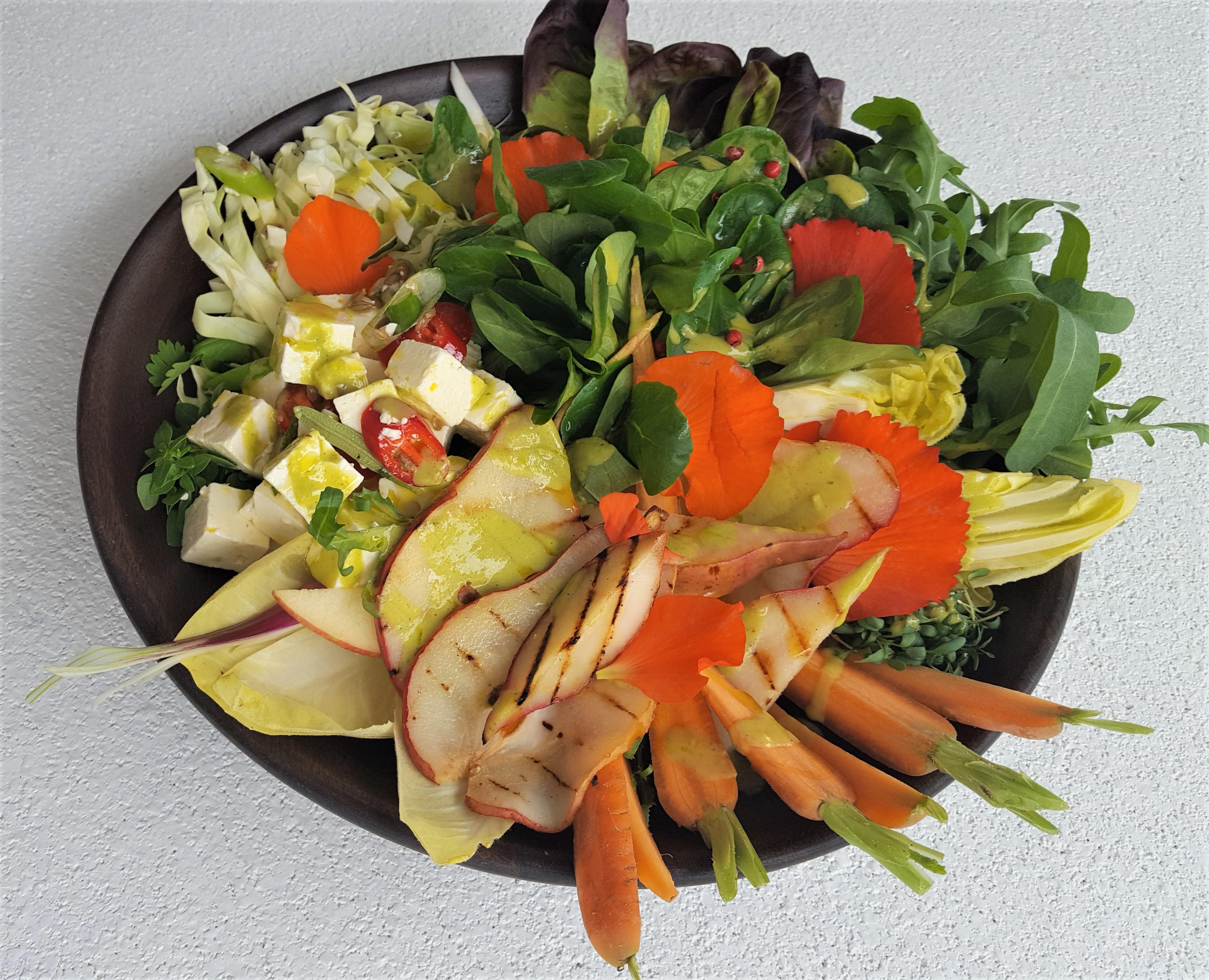 Herbstsalate mit Birnen-Feigensenfdressing, Käse, Nüssen & Sprossen