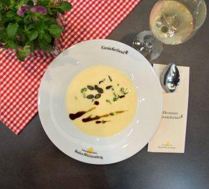 Cremige Suppe von geröstetem Sellerie und Apfel