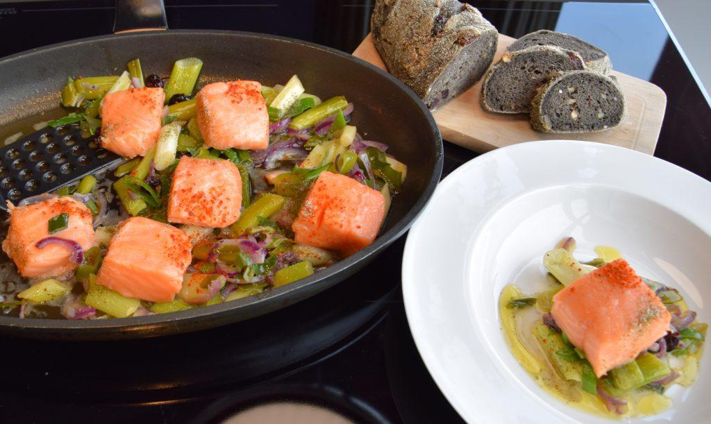 Delikate Vorspeise: Lachsforellenhäppchen auf süß-sauren Lauchzwiebeln