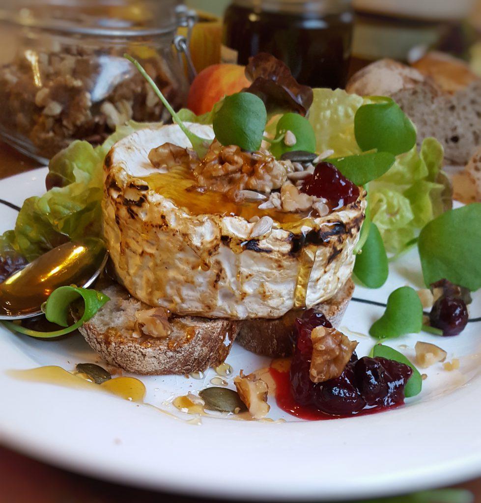 Gegrillter Camembert mit Schwarzwälder Tannenhonig, Nüssen und Winterpostelein