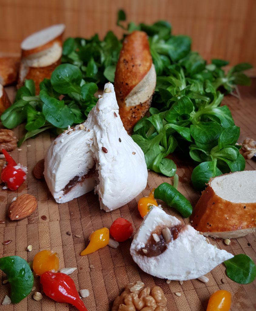 Frischkäse-Zipfelmütze mit Feigen-Nussfüllung & Ackersalat