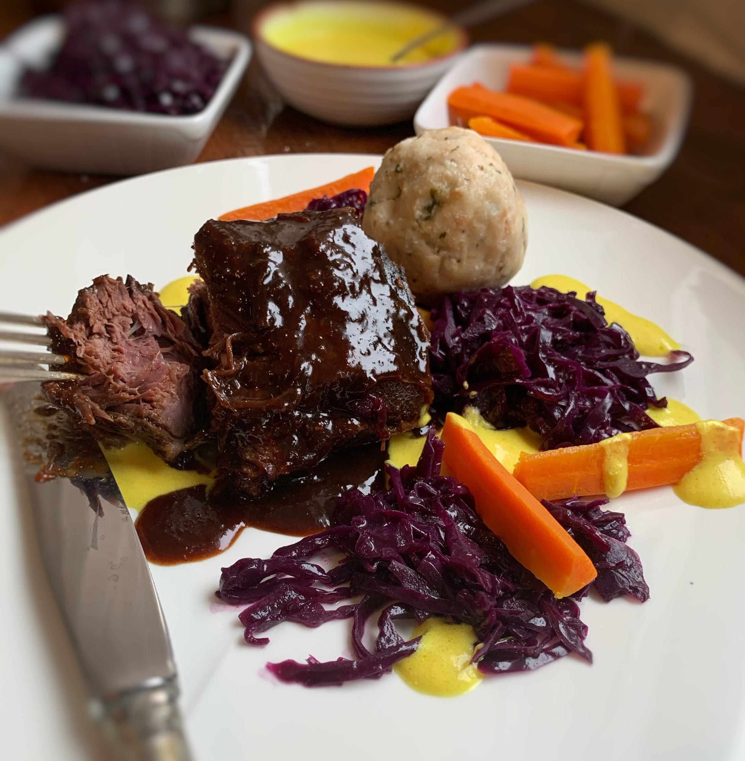 Ochsenbäckle in Burgundersoße, Rotkraut und Karotten