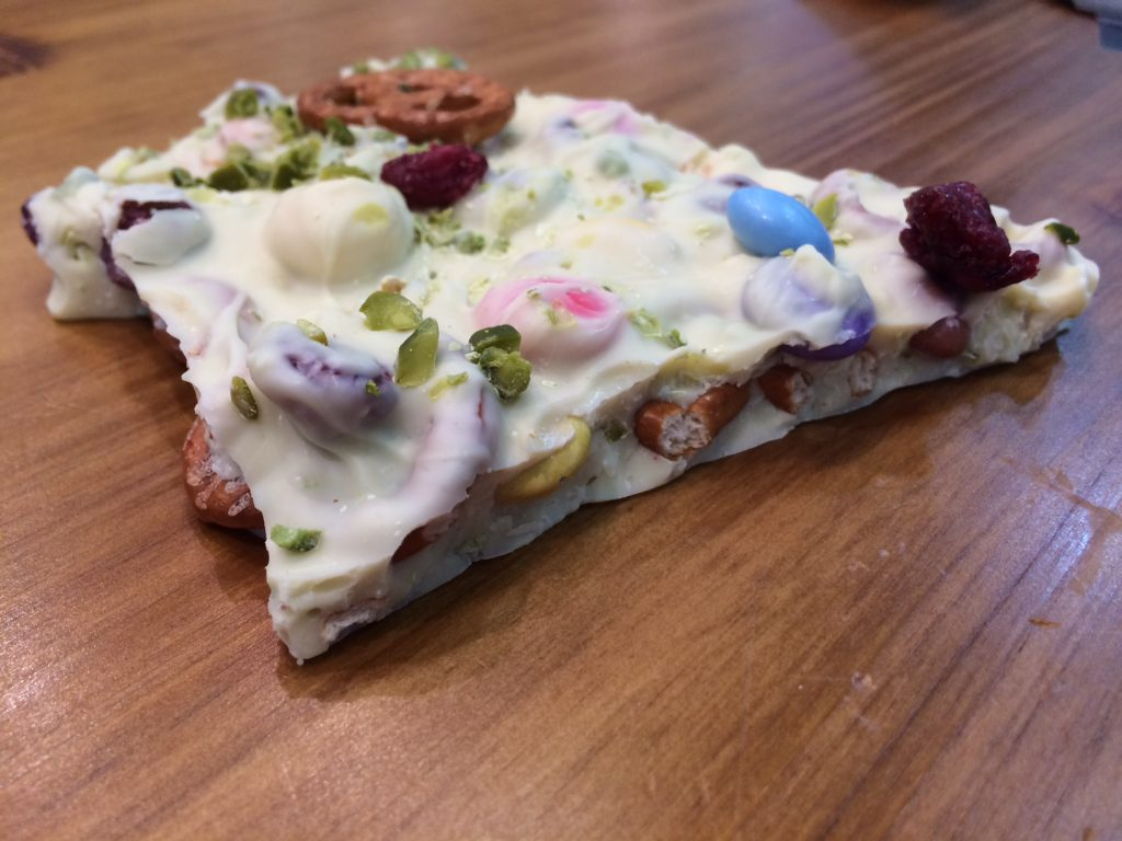 Bunte Faschingsschokolade mit Salzbrezeln, Cranberries, Pistazien & bunten Schokolinsen