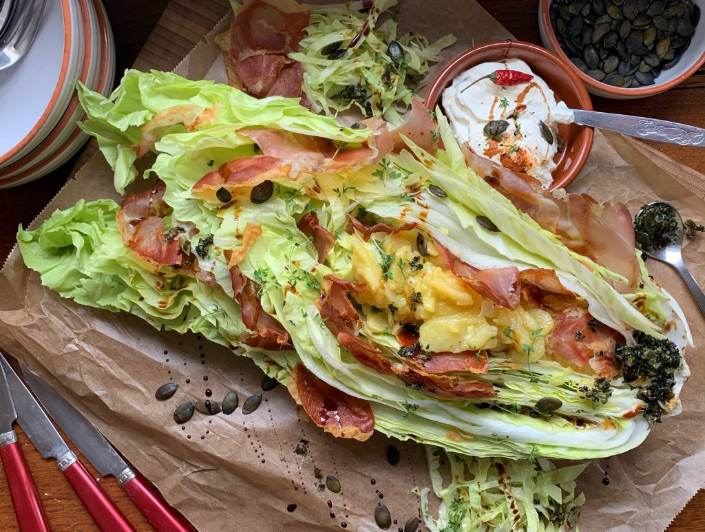 Gefüllter Zuckerhut mit Kartoffelsalat und Schinkenchips