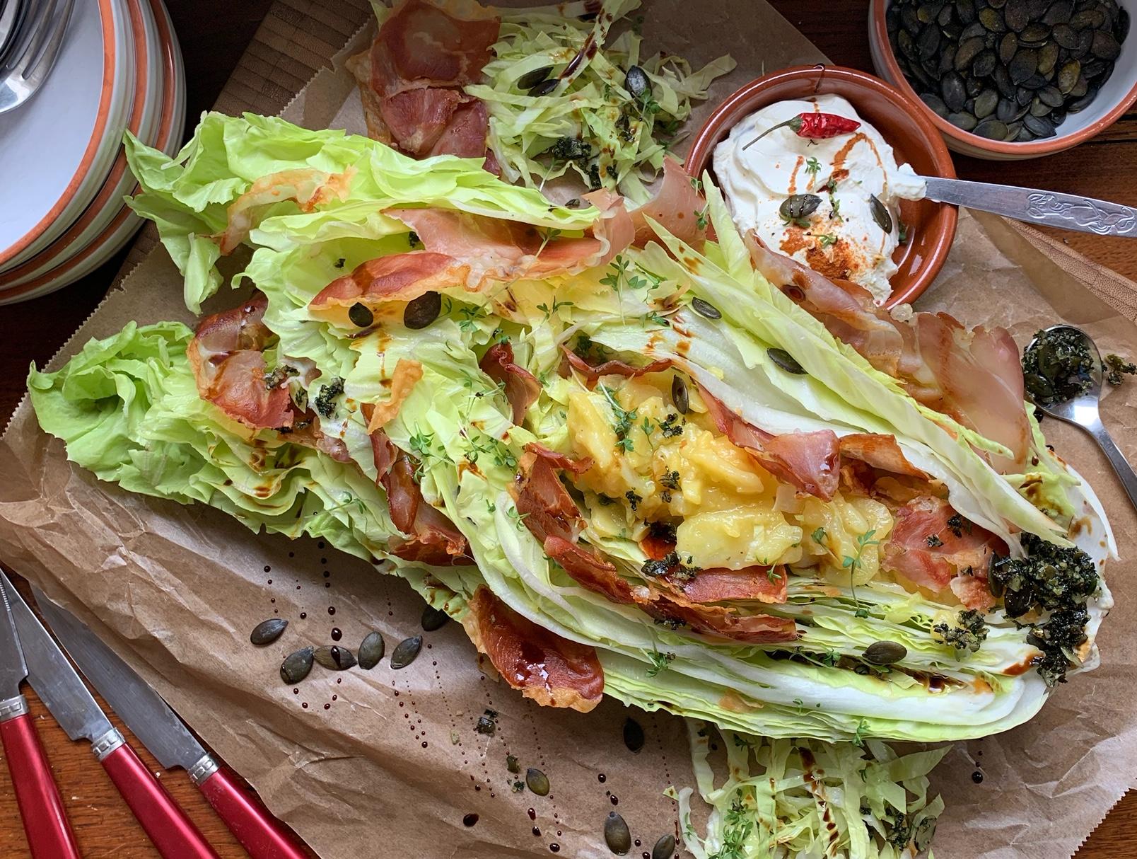 Gefüllter Zuckerhutsalat mit Kartoffelsalat und Schinkenchips