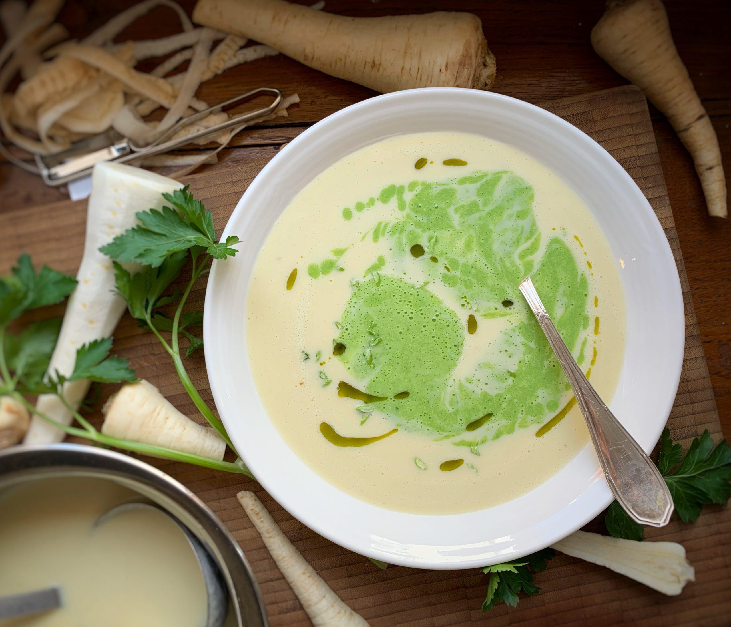 Grün-weiße Petersiliencremesuppe