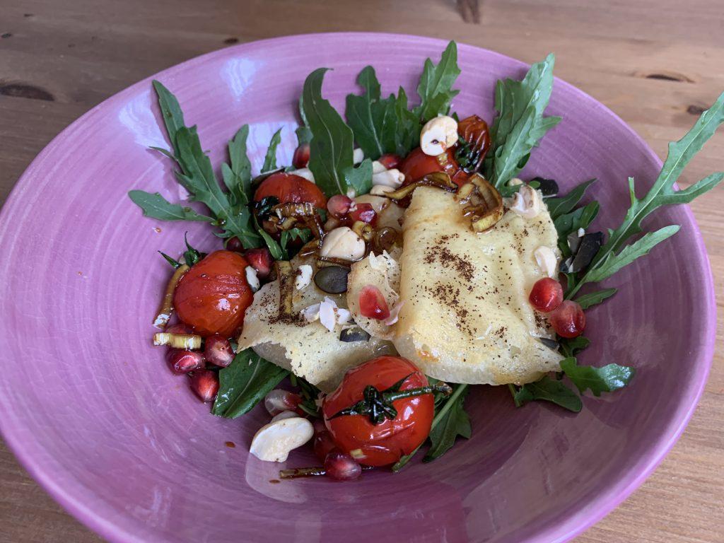 Sommerliche Salatbowl mit gebratenem Allgäuer Bergkäse g.U. und Honig
