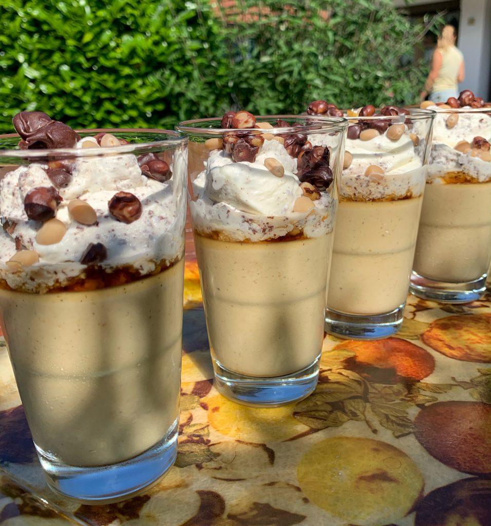 Eiskaffee-Mousse mit Schokosplitter-Sahnehaube & Karamell