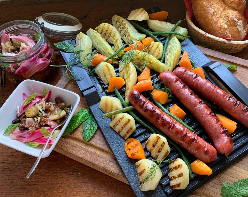 Mariniertes Gemüse & Bratwürste vom Grill mit süß-saurer Zwiebel-Salsa
