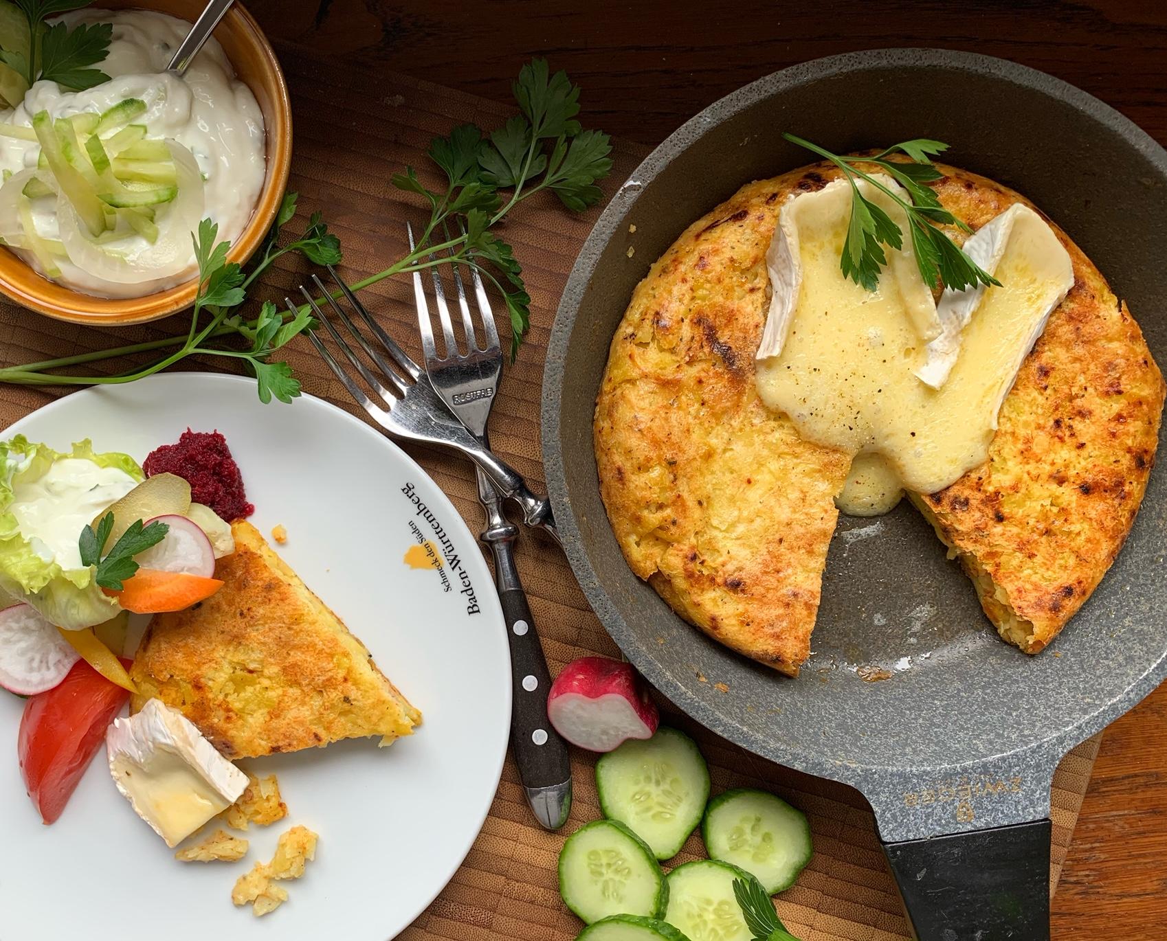 Kartoffel-Pfannenrösti mit schmelzendem Weichkäse und Gurkendip