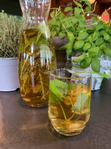 Aus der Kräuterküche: Spitzwegereichsuppe und magische 3 Kräuter Limonade