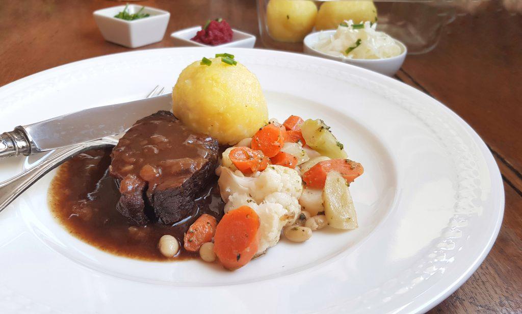 Zum Osterfest: Geschmorte Lammkeule und Kartoffelknödel
