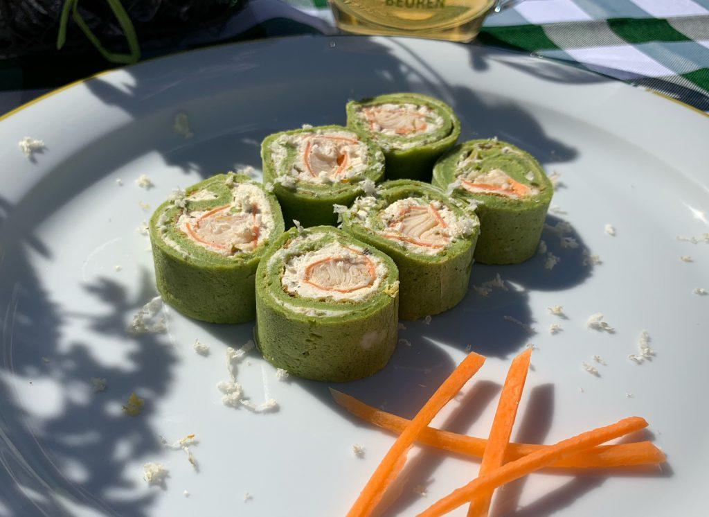Schwäbische Sushi und Wildkräutersalat mit grasgrünem Apfelmus Dressing
