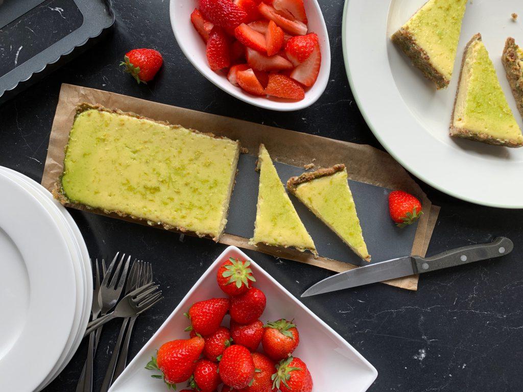 Limettentarte mit Erdbeeren