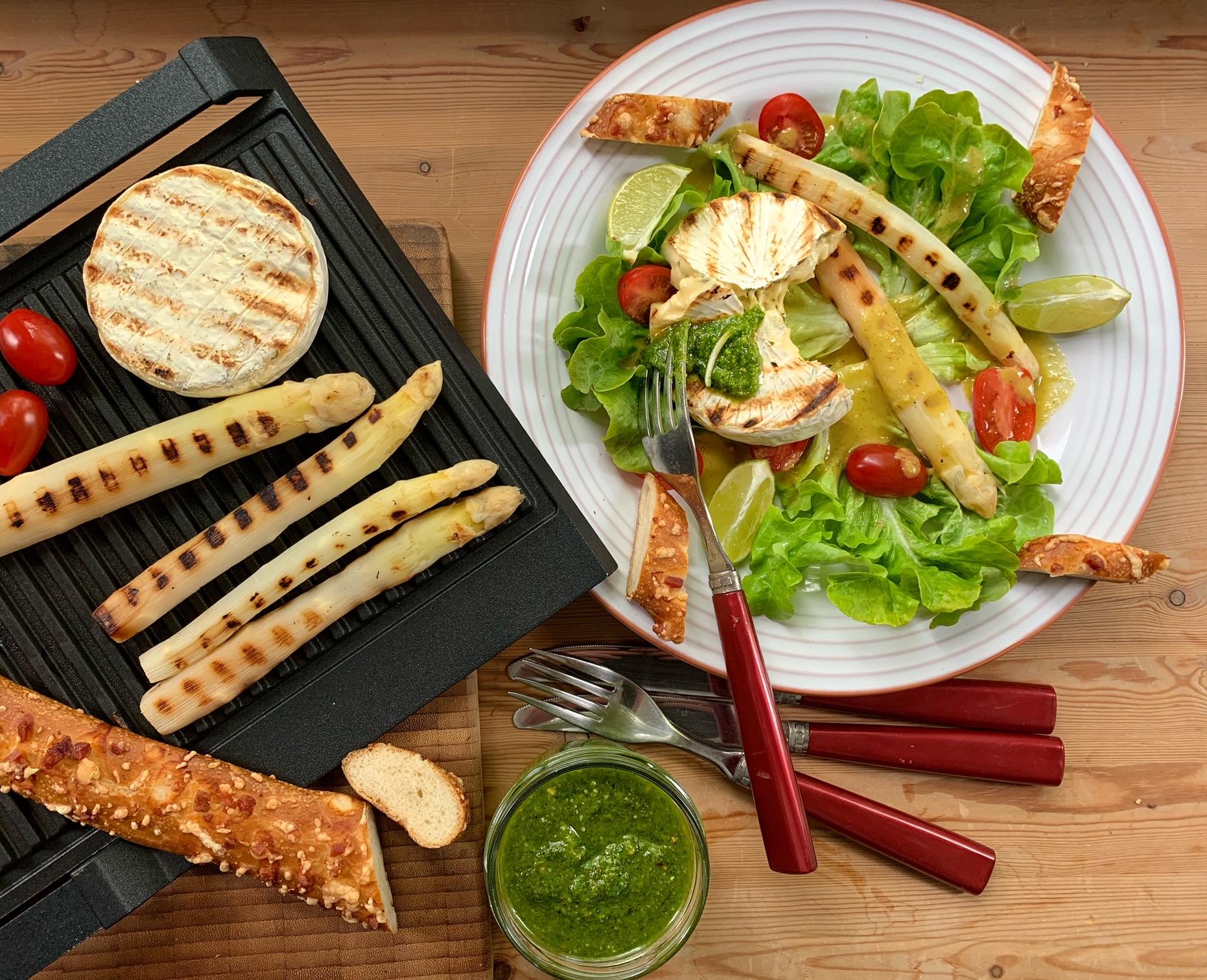 Gegrillter Spargel & Grillkäse auf Blattsalat