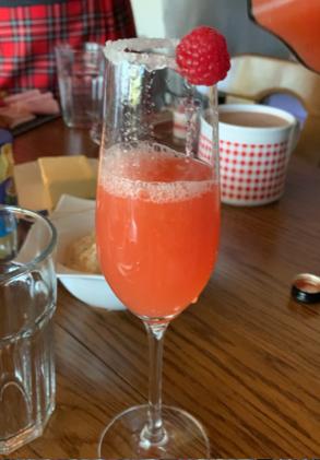 Eisgekühlter Rosésekt mit Erdbeerpüree