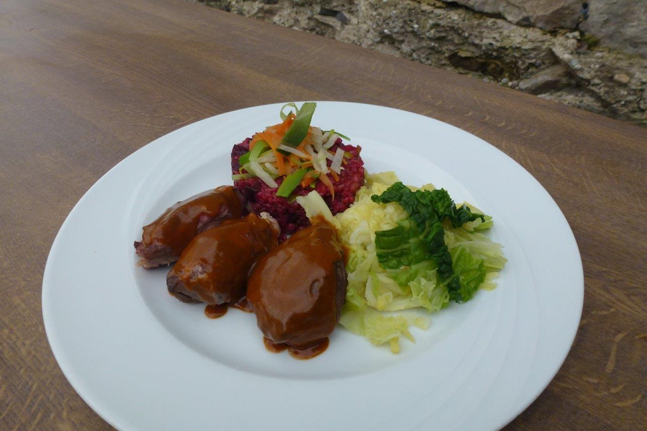 """Geschmorte Schweinebäckchen mit Wirsinggemüse und Grünkern-Rote-Beete-Risotto vom Restaurant """"Die Krone am Fluss"""""""