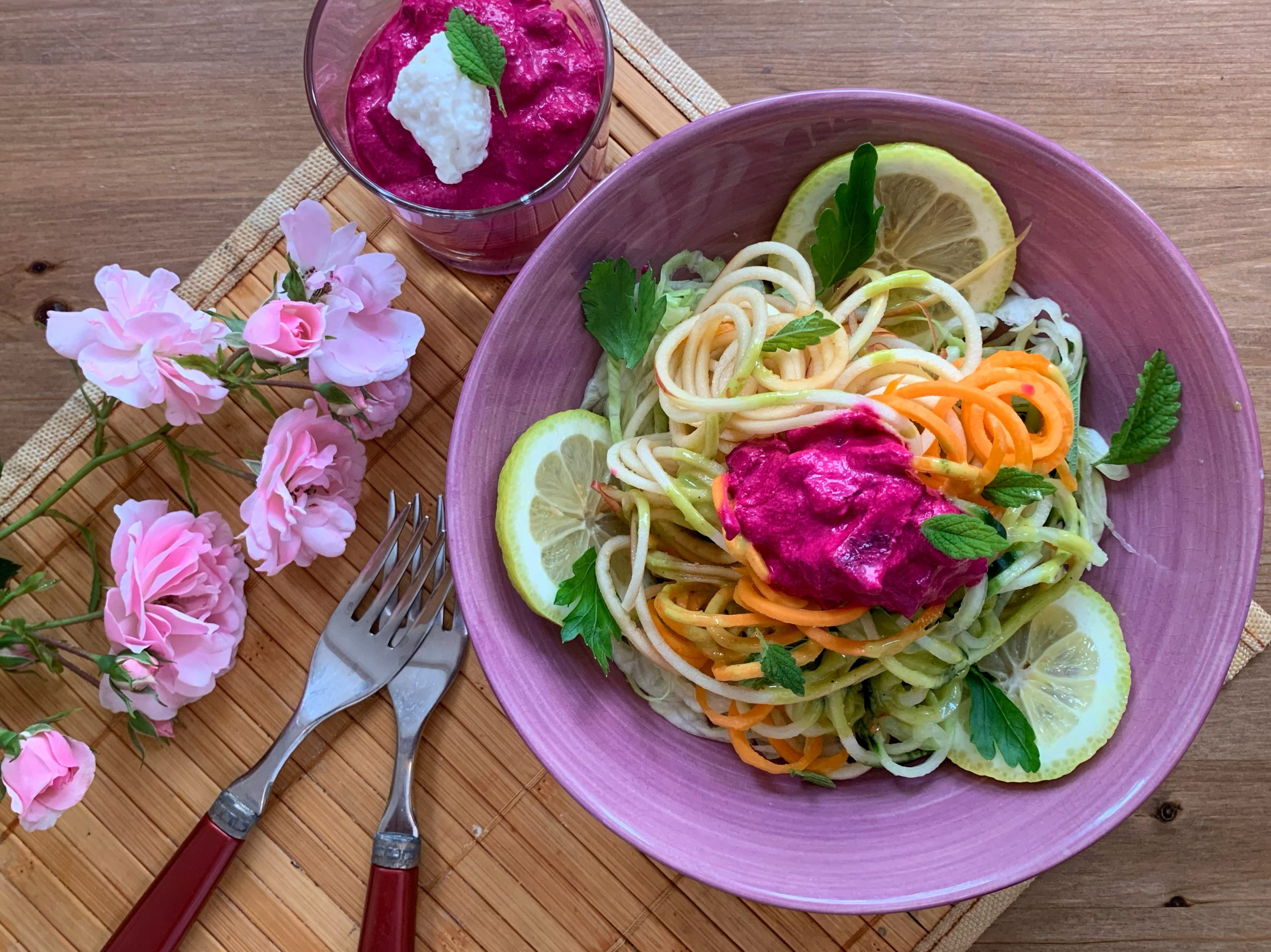 Gemüsespaghetti-Salatbowl mit Basilikum – Feigensenfdressing & rote Bete-Meerrettich-Dip