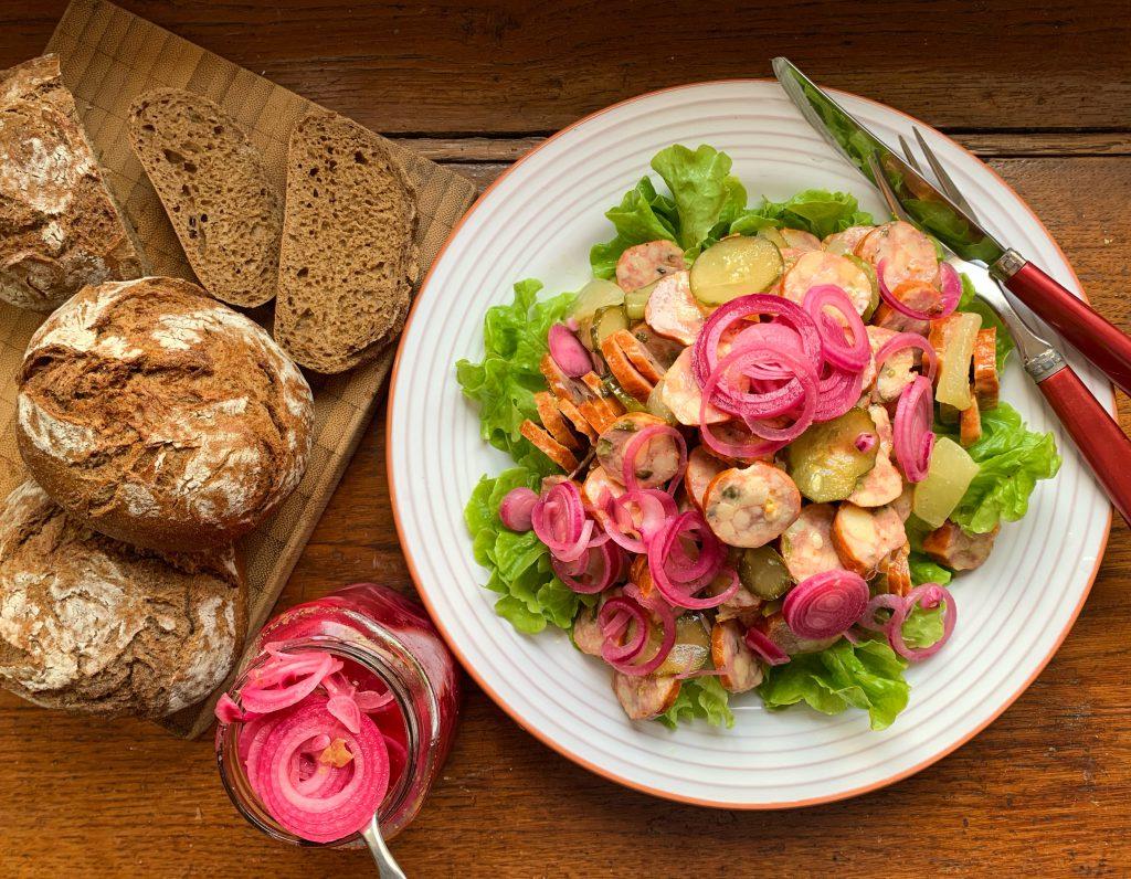 Für scharfe Abende: Feuriger Wurstsalat mit eingelegten roten Zwiebeln