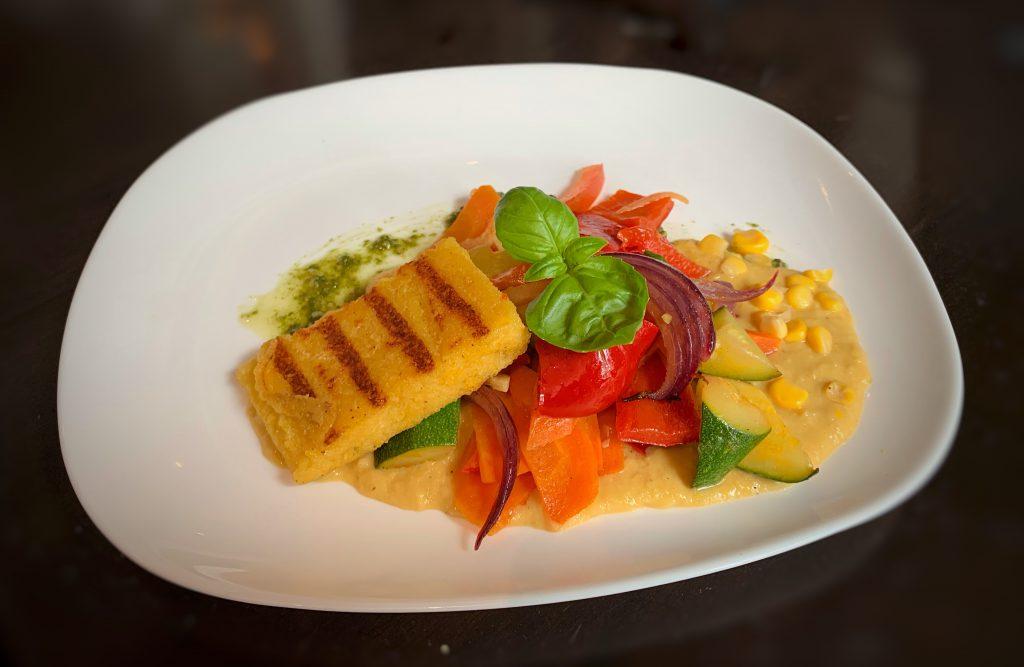 Vegetarische Köstlichkeiten: Polentaschnitten mit sommerlichem Ofengemüse
