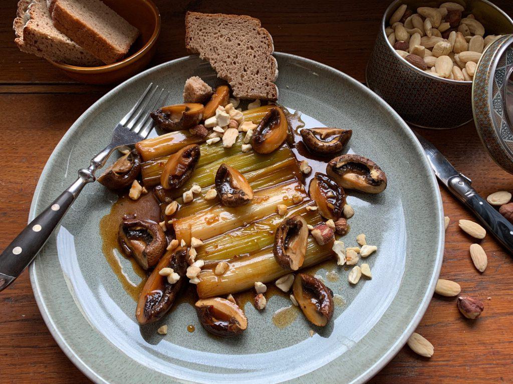 Geschmorter Lauch & Pilze mit gerösteten Nüssen